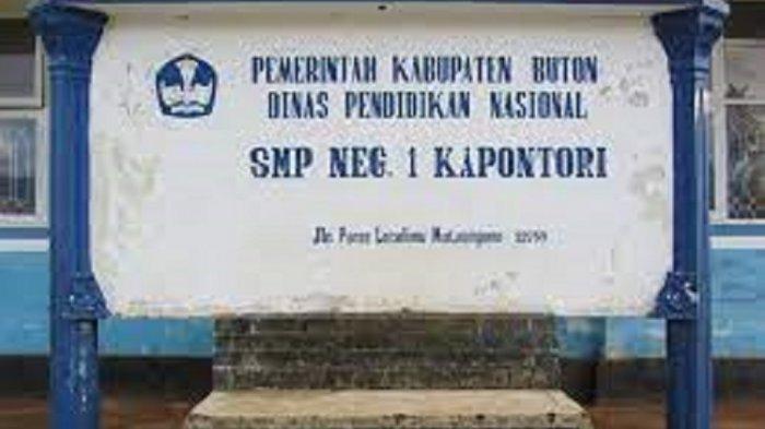 SMP Negeri 1 Kapontori beralamat di Jl Poros Lasalimu, Watumotobe, Kapontori, Kabupaten Buton, Sulawesi Tenggara.