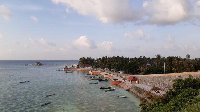 Suasana Pantai Lakota di Kecamatan Tomia Kabupaten Wakatobi saat sore hari. Terdapat banyak perahu nelayan yang sandar di dermaga pantai tersebut.