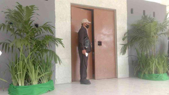 TERTUTUP - Pemaparan visi-misi 7 bakal calon Rektor Universitas Halu Oleo (UHO) Kendari berlangsung secara tertutup, di Gedung Sport Center UHO, Senin (12/4/2021). Seorang petugas keamanan yang memegang alat pengukur suhu tubuh berdiri di depan pintu masuk.