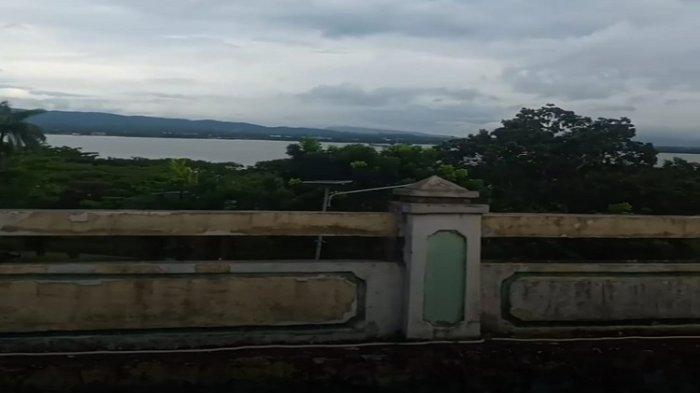 Foto tampak teluk kendari diambil dari area halaman Vihara Eka Dharma Manggala Kendari, Minggu (05/09/2021).
