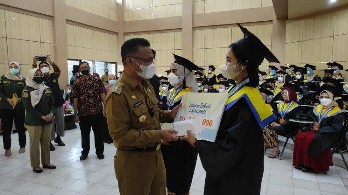 Sulkarnain Kadir Beri Hadiah kepada 3 Lulusan Terbaik Fakultas Ekonomi dan Bisnis UHO