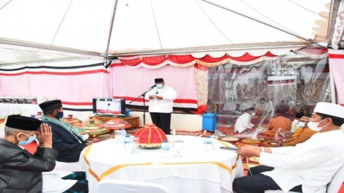 Gubernur Sulawesi Tenggara (Sultra) Ali Mazi memberi sambutan pada takziyah hari ke-3 wafatnya sang ibunda, almarhumah Hj Wanazia binti La Umara, di Pasarwajo, Kabupaten Buton, Provinsi Sultra, Minggu (10/10/2021).