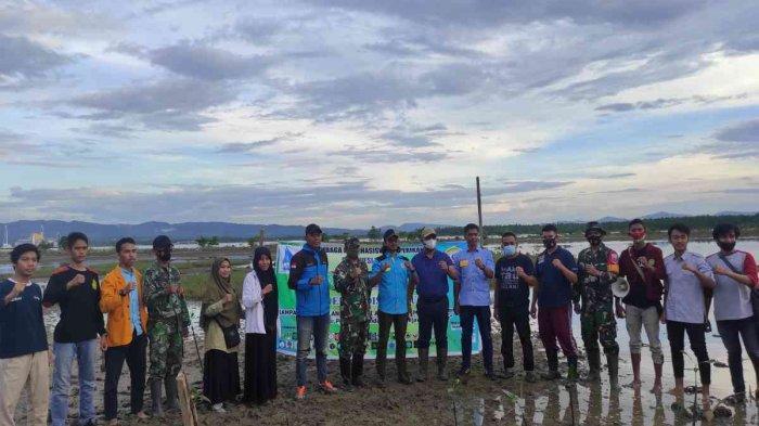 Ketua DPRD Kendari Subhan berpose bersama tamu dan panitia pelaksana Ekspedisi Hijau di sela penanaman pohon mangrove di wilayah pesisir Teluk Kendari, Kota Kendari, Minggu (18/04/2021).