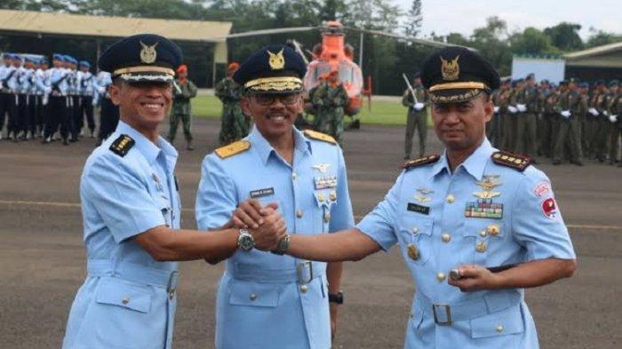 Kolonel Pnb Muzafar (kanan) berwafoto dalam suatu acara yang digelar TNI AU.