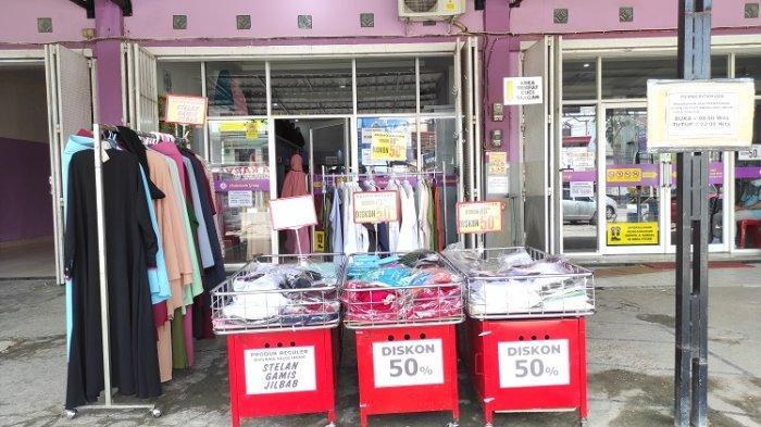 Toko Andalusia Moslem Store di Jalan MT Haryono No 114, Lalolara, Kecamatan Kambu, Kendari, Sulawesi Tenggara menawarkan promo menarik menjelang Hari Raya Idulfitri 1442 Hijriah.