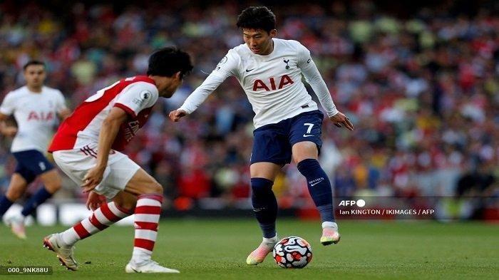 Bek Arsenal Jepang Takehiro Tomiyasu (kiri) bersaing dengan striker Tottenham Hotspur Korea Selatan Son Heung-Min selama pertandingan sepak bola Liga Premier Inggris antara Arsenal dan Tottenham Hotspur di Stadion Emirates di London pada 26 September 2021.
