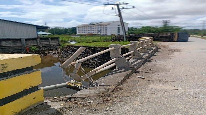 Truk Kontainer Tabrak Jembatan hingga Terguling di Kendari Gegara Lepas Kendali, Kondisi Supir