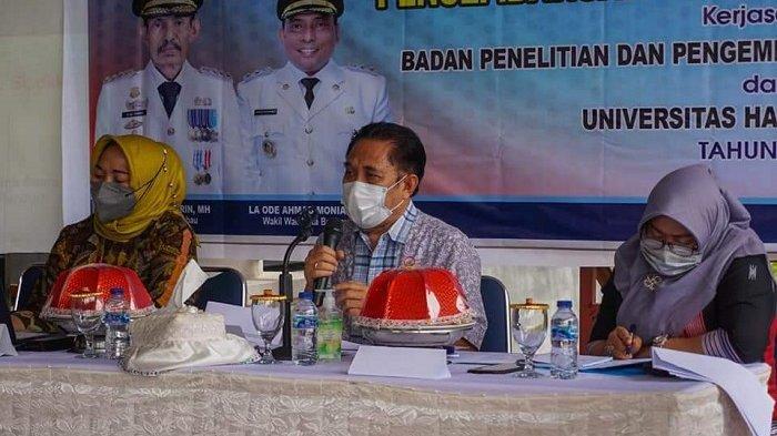 UMKM BAUBAU - Dr Nanik Hindaryatiningsih (kiri) bersama bersama dua orang dosen dan peneliti LPPM UHO Kendari saat seminar bertajuk 'UMKM Naik Kelas', di Kota Baubau, Sulawesi Tenggara, Kamis (22/09/2021).