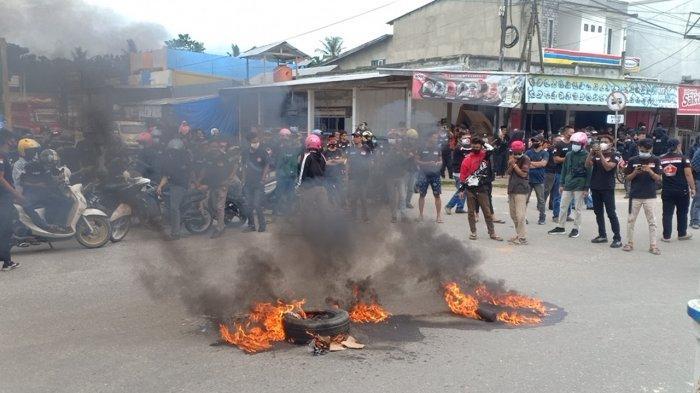 Massa aksi dari ormas pemuda saat berunjuk rasa, Senin (05/7/2021). Massa aksi kemudian menuju ke Kantor Bupati Konawe untuk menyampaikan aspirasi terkait kenaikan status pekerja lokal di PT VDNI dan meminta perekrutan karyawan di kembalikan ke pihak perusahaan.