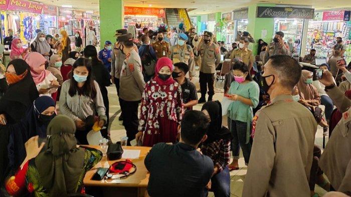 Ratusan Pedagang dan Pengunjung Mal Mandonga Kota Kendari Disuntik Vaksin Sinovac