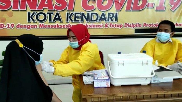 Peserta Vaksinasi Massal UMKM di Kantor Gubernur Sultra Dapat Bantuan Sembako dari Jokowi