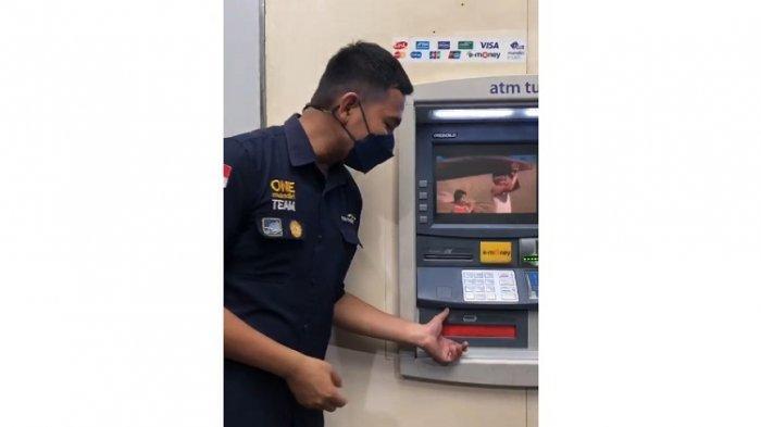 Foto tangkapan layar video klarifikasi, seorang teknisi di Bank Mandiri Kendari, sedang menjelaskan kegunaan pengganjal pada mesin ATM.