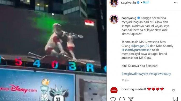 Wajah pebulutangkis peraih medali emas Olimpiade Tokyo 2020 Apriyani Rahayu dan Greysia Polii mejeng di layar New York Times Square.
