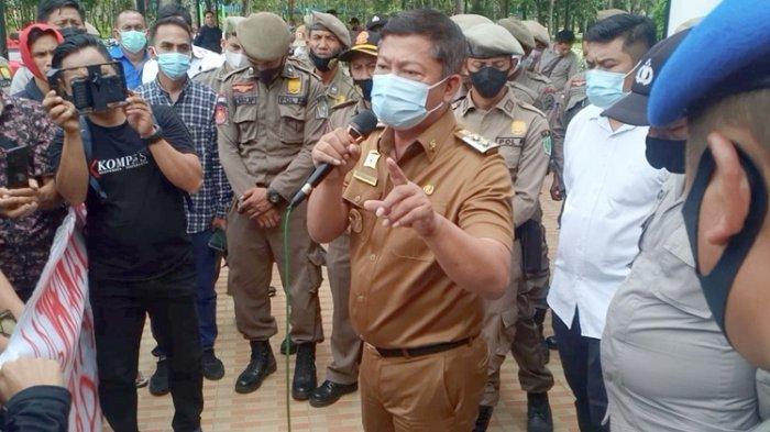 Wakil Bupati Konawe, Gusli Topan Sabara saat bertemu dengan massa aksi Aliansi Mahasiswa dan Masyarakat Kecamatan Routa, Senin (14/6/2021).