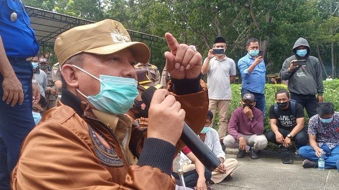 Temui Massa di Pelataran Kantor Bupati, Wabup Konawe Gusli Janji Bakal Kumpulkan 30 Ormas