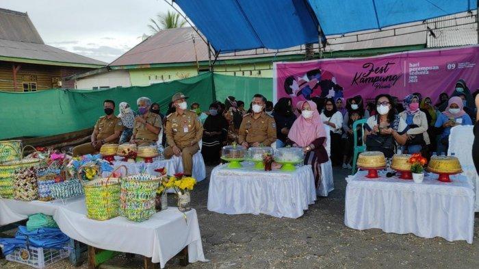 Wali Kota Kendari Sulkarnain Kadir beserta istri Sri Lestari saat menghadiri Festival Kampung Pesisir, di Dermaga Lapulu, Kecamatan Abeli, Kota Kendari, Sultra, Selasa (9/3/2021).