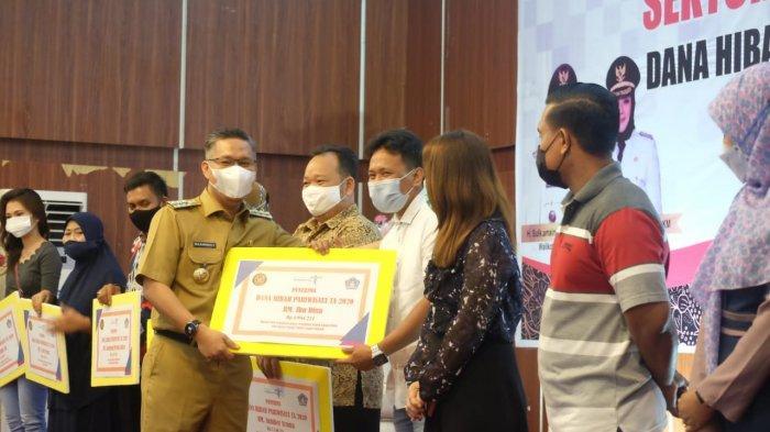 Wali Kota Kendari Serahkan Hibah Pariwisata ke Restoran dan Rumah Makan Terdampak Pandemi Covid-19