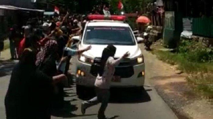 Merinding, Ribuan Warga Rela Antre di Pinggir Jalan Lepas Jenazah Bupati Kolaka Timur Samsul Bahri
