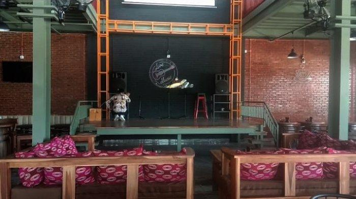 Panggung untuk live musik di kedai baru Warkop Kopi Kita di Jl Malik Raya, Kelurahan Korumba, Kecamatan Mandonga, Kota Kendari, Sulawesi Tenggara, Rabu (8/9/2021).