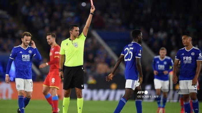 Wasit Tiago Martins (tengah) menunjukkan kartu merah kepada gelandang Leicester City asal Nigeria Wilfred Ndidi pada pertandingan sepak bola Grup C Liga Eropa UEFA antara Leicester City dan Napoli di King Power Stadium di Leicester, Inggris tengah pada 16 September 2021. (Oli SCARFF / AFP)