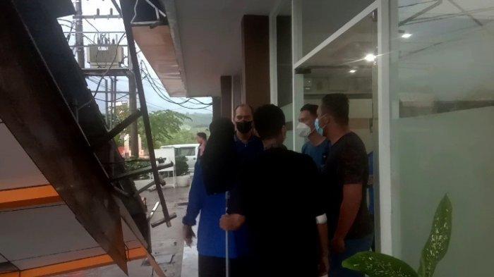 Para pekerja Wixel Hotel Kendari, menceritakan detik-detik kanopi rubuh dan menimpa mobil manajer. Peristiwa itu terjadi ditengah guyuran hujan disertai petir di Kota Kendari, Sulawesi Tenggara, Kamis (14/10/2021) sore.