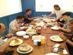 ayah-yusuf-kardawi-ramlan-makan-bersama-dirintelkam-polda-sultra.jpg