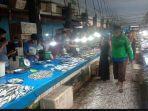 beberapa-pedagang-ikan-di-pasar-anduonohu-terlihat-tak-mengenakan-masker-saat-melayani-pembeli.jpg