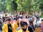 demonstrasi-berlangsung-di-perempatan-samping-markas-kepolisian-daerah-sulawesi-tenggara.jpg