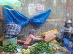 foto-pedagang-kulit-ketupat-di-pasar-basah-mandonga.jpg