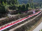 manggala-agni-adn-brimob-polda-sultra-membentangkan-bendera-merah-putih-sepanjang-76-meter.jpg