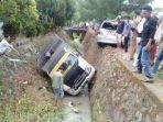 mobil-pick-up-yang-masuk-selokan-di-camba-maros-senin-2262021.jpg