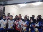 pelatih-dan-atlet-pencak-silat-foto-bersama-ketua-ipsi-sultra-andi-ady-aksar.jpg