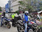polisi-menilang-pengendara-sepeda-motor.jpg