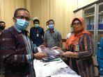 prof-dr-muhammad-zamrun-f-ssi-msi-msc-serahkan-berkas-pendaftaran-pilrek-uho-2021.jpg
