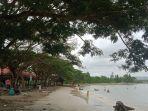 sejumlah-wisatawan-menikmati-pantai.jpg