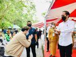 steven-seusai-menerima-pemberian-jaket-dari-presiden-joko-widodo.jpg