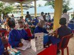 warga-ikut-vaksinasi-di-kocamatan-ranomeeto-kabupaten-konawe-selatan.jpg