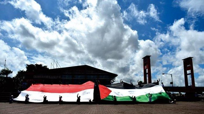 ACT MRI Palembang Gelar Aksi Kibarkan Bendera Raksasa Palestina - Indonesia di BKB