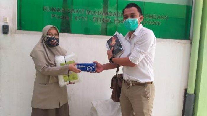 AJI Palembang Salurkan Bantuan 72 Hazmat ke Rumah Sakit Muhammadiyah Palembang