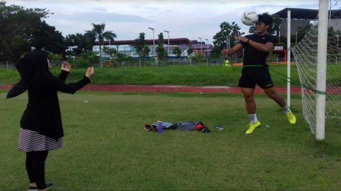 Tengah Mengandung, Risa Sedih Sang Suami Akbar Zakaria Tak Diperpanjang Sriwijaya FC via WA
