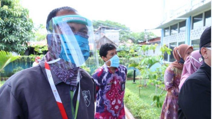 Pegawai Diskominfo Kota Palembang Buat APD Penutup Wajah, Produksi Terbatas Dipakai Pegawai