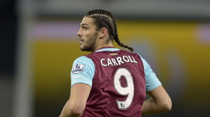 Andy Carroll mengepang rambutnya saat membawa West Ham United menang atas Southampton