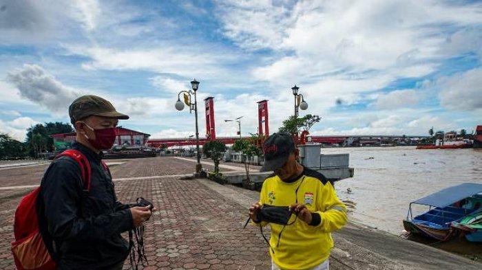 Jelang PSBB, PFI Palembang Bekerjasama Telkomsel Bagikan Masker ke Warga
