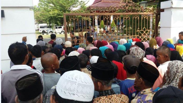 Ratusan Orang Rela Antre di Luar Rumah Dinas Bupati OKI, Terima Penyaluran Zakat