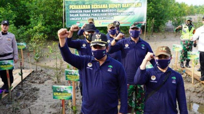 Bupati Askolani di acara Pencanangan padat karya penanaman pohon mangrove di Lapangan pelabuhan Tanjung Api-api, Rabu (11/11/2020).