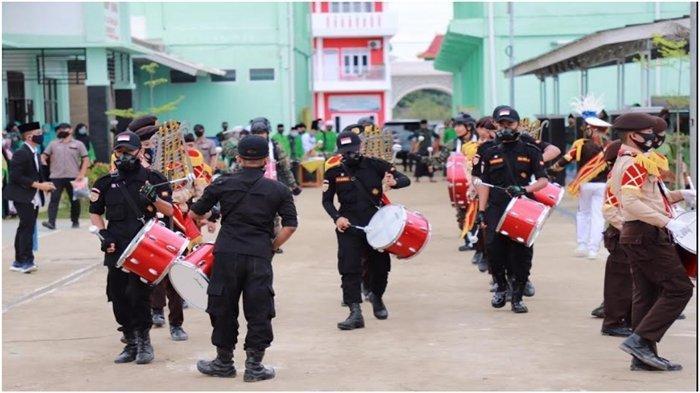 Atraksi drumb band yang ditampilkan para santri saat puncak peringatan Hari Santri Nasional 2020 di Sumsel di Pondok Pesantre Muqimus Sunnah, Kamis (22/10/2020).