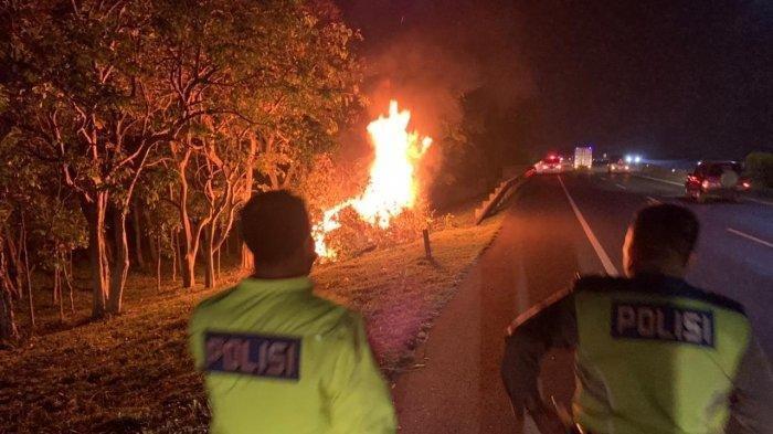 Api membakar mobil di Tol Padaleunyi. Mobil ini diduga sebelumnya melakukan tabrak lari.