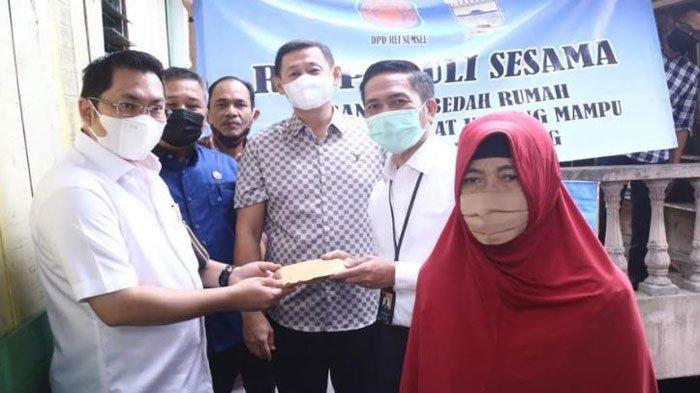 Ayucik Menangis Haru Dapat Bantuan Bedah Rumah dari Pemkot Palembang dan REI Sumsel