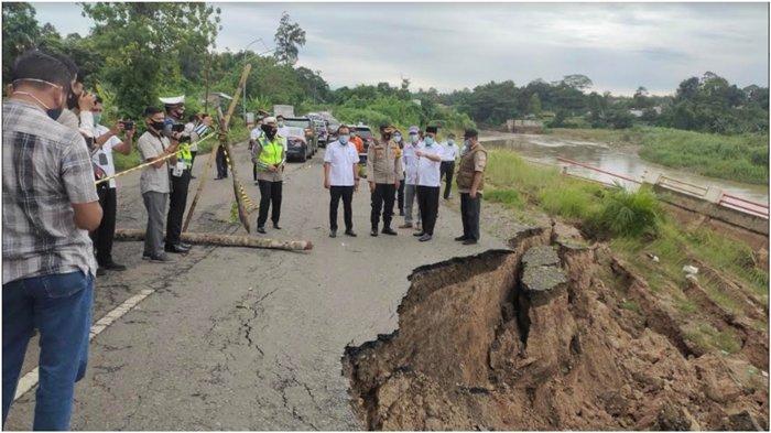 Separuh Badan Jalan Lingkar Muara Enim Desa Karang Raja Amblas ke Sungai Enim, Hati-hati Melintas