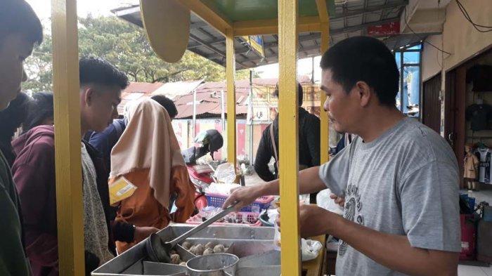 Viral di Media Sosial, Bakso Krikil Abah Ramai di Datangi Masyarakat Palembang